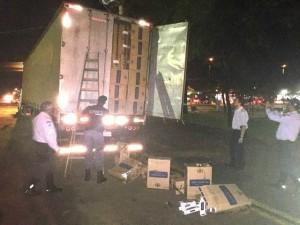 O motorista será ouvido pelo delegado de plantão e autuado por contrabando - Por: Marco Campos com fotos de TL Noticias