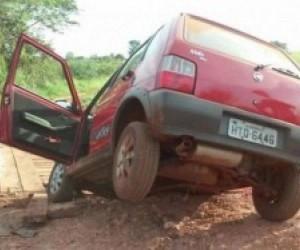 Veículo ficou com a roda suspensa ao cair em buraco