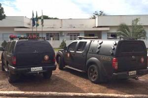 Na foto, viaturas do GAECO na frente do prédio da Prefeitura de Deodápolis