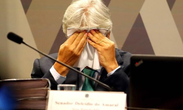 Delcídio enxuga as lágrimas ao depor: senador pediu desculpas e disse que agiu a mando de outras pessoas - Ailton de Freitas / 9-5-2016 Leia mais sobre esse assunto em http://oglobo.globo.com/brasil/plenario-do-senado-vota-cassacao-de-delcidio-nesta-terca-feira-19267627#ixzz48GPygRce  © 1996 - 2016. Todos direitos reservados a Infoglobo Comunicação e Participações S.A. Este material não pode ser publicado, transmitido por broadcast, reescrito ou redistribuído sem autorização.
